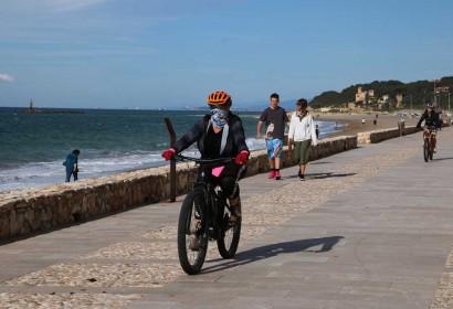 Ciclistes i persones caminant en un passeig marítim en el primer dia permès per sortir a passejar i practicar esport (Foto: ACN).