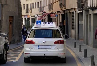 Vehicle de l'Autoescola Casas Formació de Puigcerdà circulant avui pels carrers de la capital cerdana (Foto: IST).|Obertura de les autoescoles de la Cerdanya|Vehicle d'autoescola circulant avui per Puigcerdà (Foto: IST).