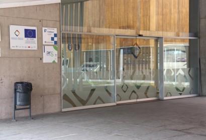 Porta d'accés a l'interior de les instal·lacions de l'Hospital de Cerdanya.