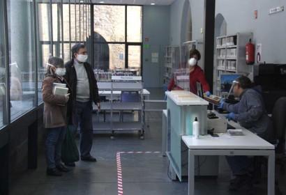 Un treballador de la Biblioteca Comtat de Cerdanya de Puigcerdà a la seva taula
