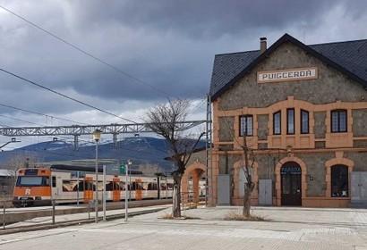 Tren de Rodalies circulant davant l'estació de Puigcerdà avui 25 de maig (Foto: ACN).