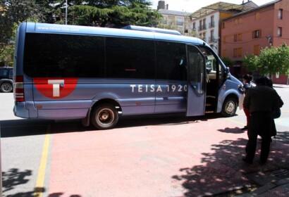 Imatge d'arxiu. Diversos viatgers a punt de pujar a l'autocar que cobreix el servei alternatiu de tren de l'R3 entre Puigcerdà i la Collada de Toses  (Foto: ACN).