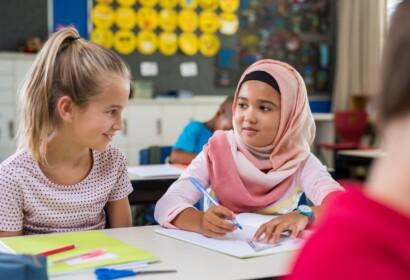 Nens d'origen o ètnies diferents compartint aula