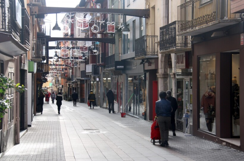 Pla obert on es veuen algunes persones passejant pel carrer Major de Puigcerdà