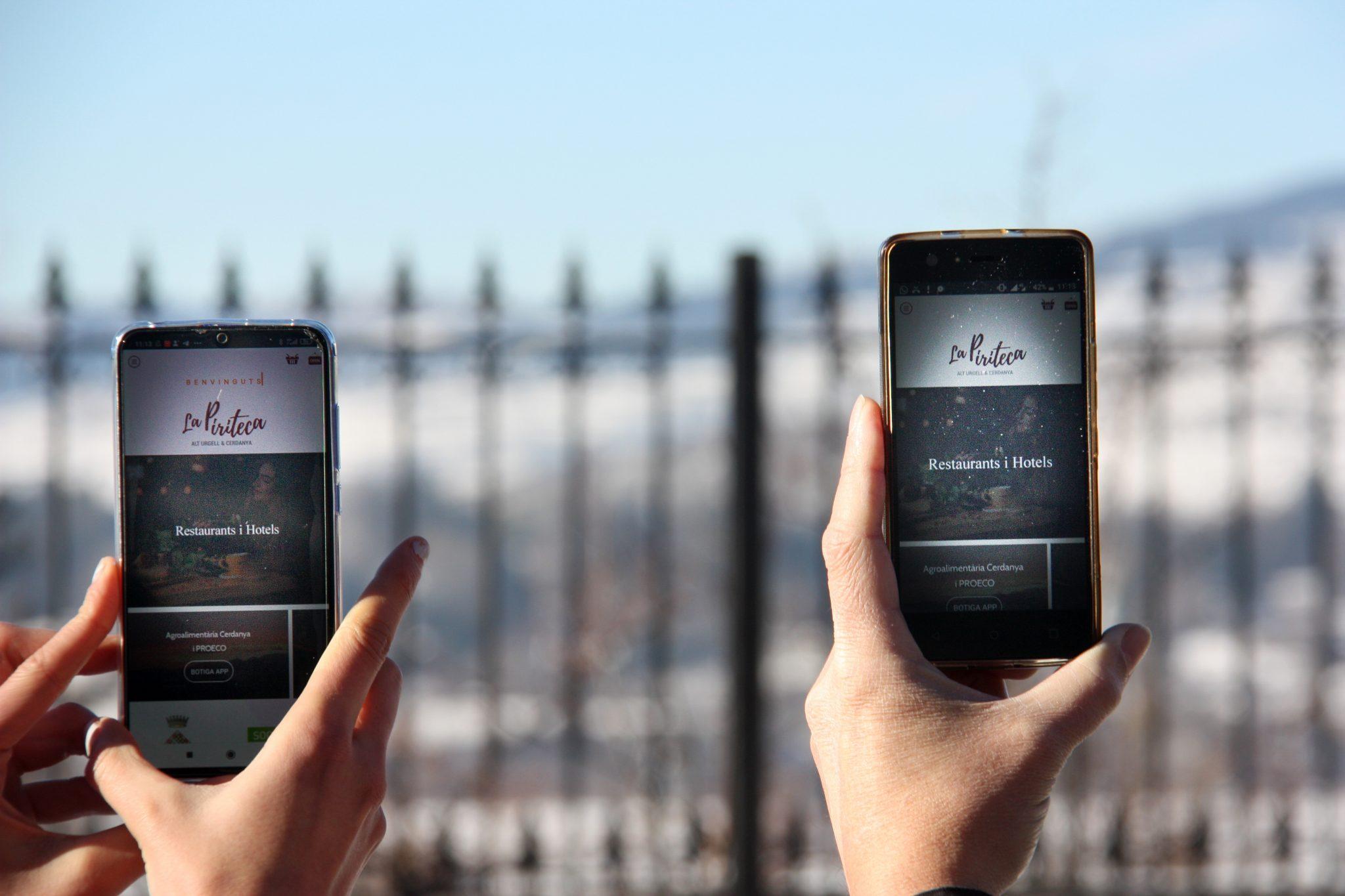 dos dispositius mobils amb la app La Piriteca