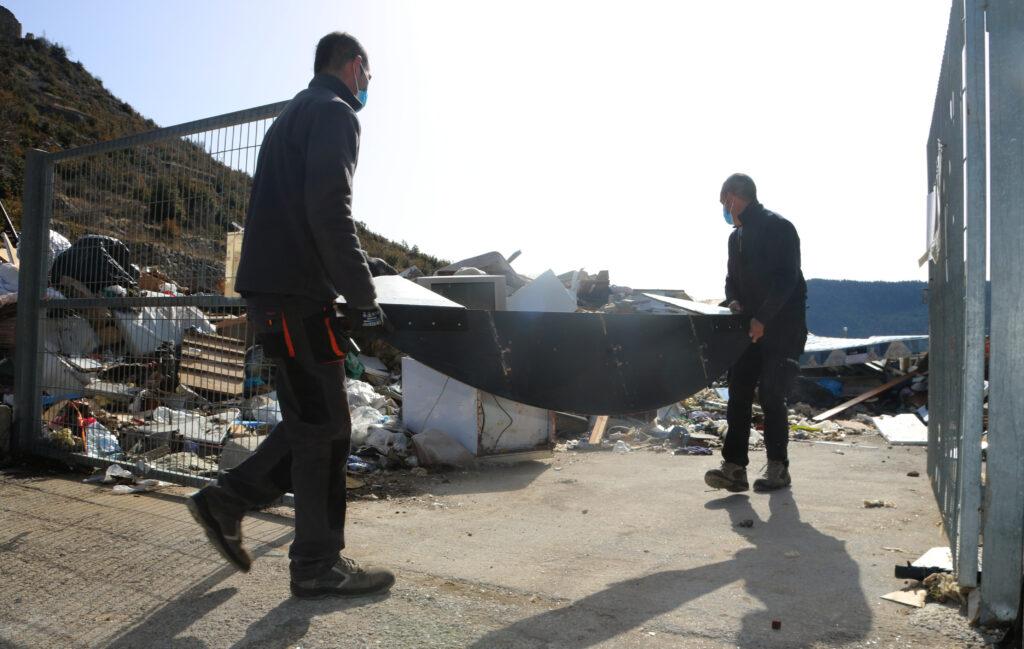 Brigada municipal recollint deixalles Gósol