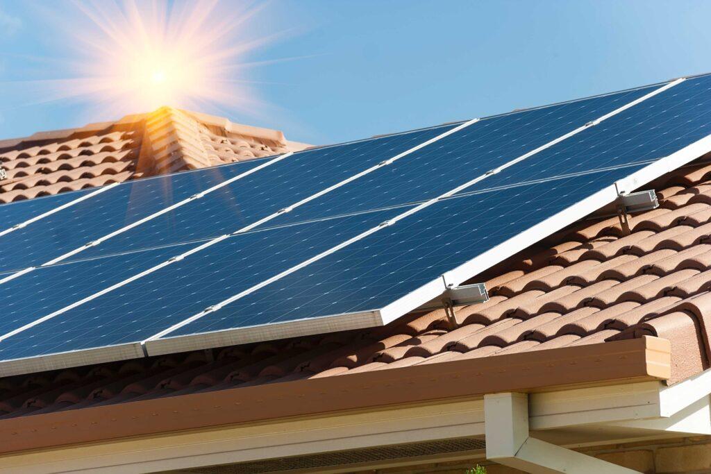 Estalvi- La instal·lació de plaques fotovoltaiques redueixen la factura de la llar