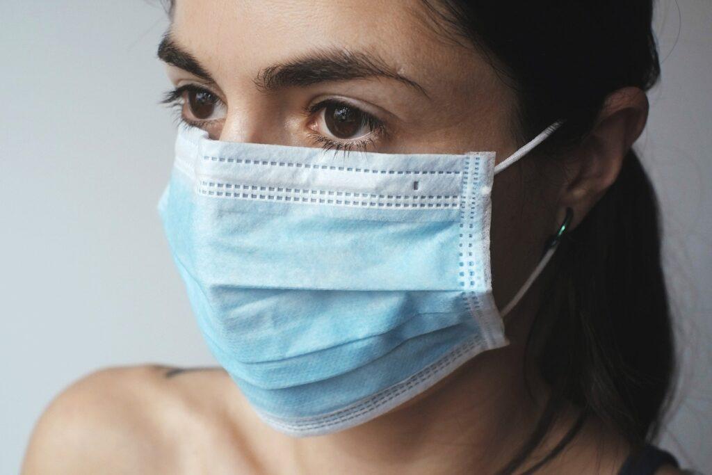 La mascareta és una barrera protectora enfront d'al·lèrgies causades pel pol·len