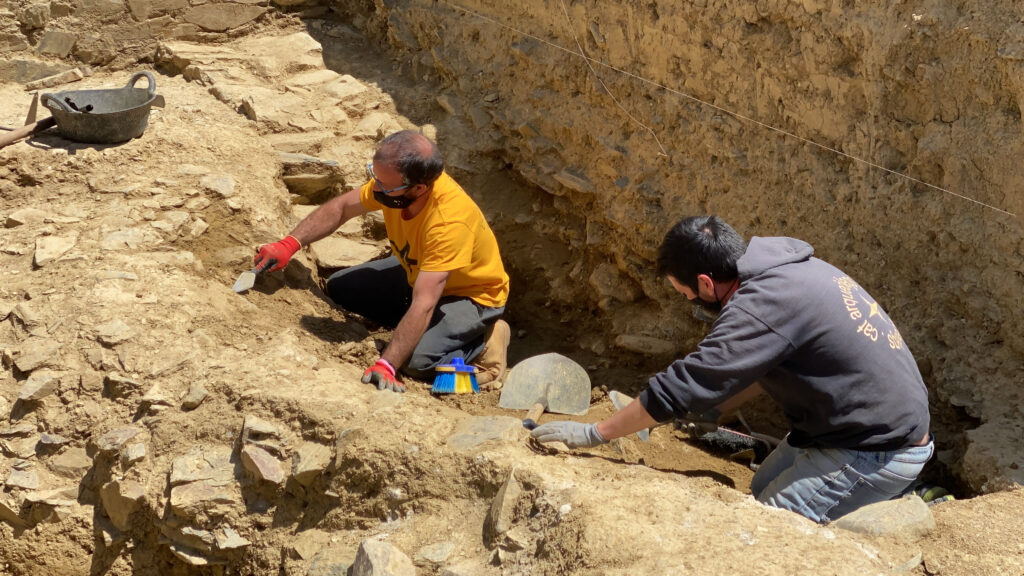 Pla de detall de dos arqueòlegs excavant al fòrum romà 'Iulia Libica' situat a Llívia (Cerdanya)