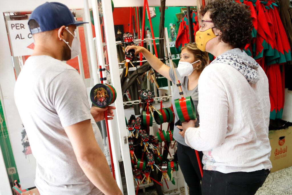 Dolors Fígols atenent uns clients a la botiga de records de Patum