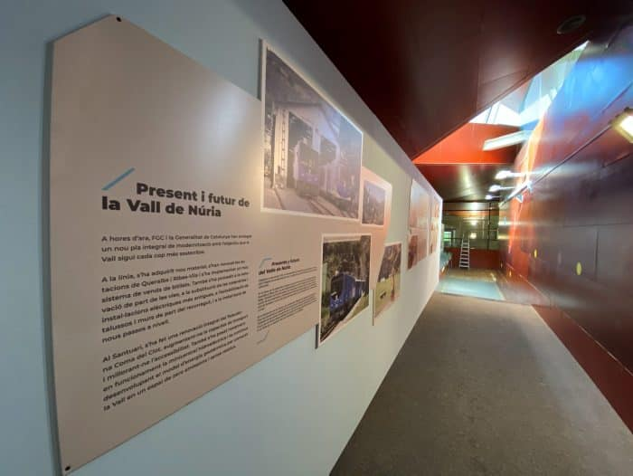 Tren Cremallera - Els plafons explicatius sobre el passat, present i futur de Vall de Núria, ubicats a la zona del lloguer de material d'esquí de l'estació.