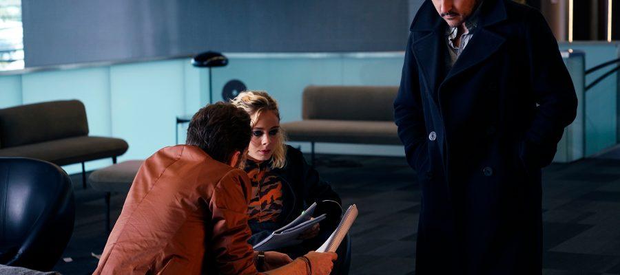 'Cosmètica-de-l'enemic'-Kike-Maíllo,-dret,-amb-els-dos-actors-protagonistes-asseguts,-Athena-Strates-i-Tomasz-Kot