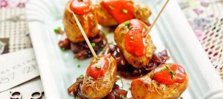 Patates amb ceba caramel·litzada amb vi negre i salsa brava