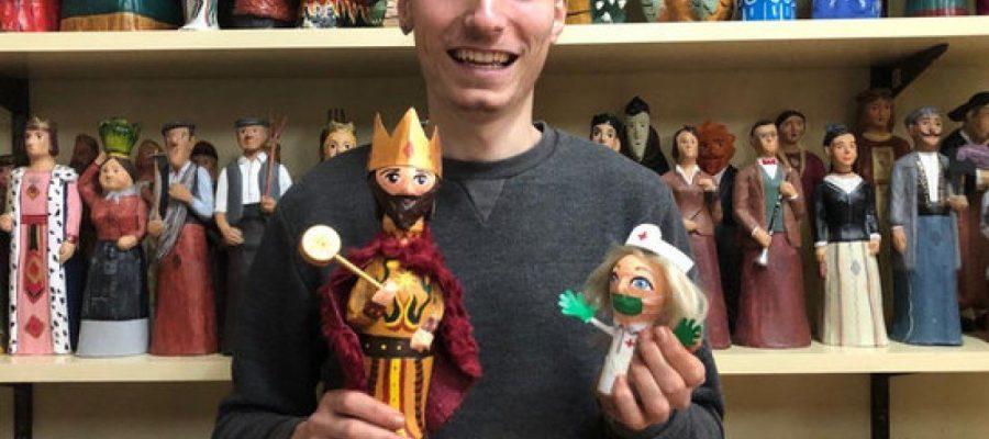 L'artista solsoní Pau Reig proposa a la canalla construir gegants en miniatura amb material reciclable.