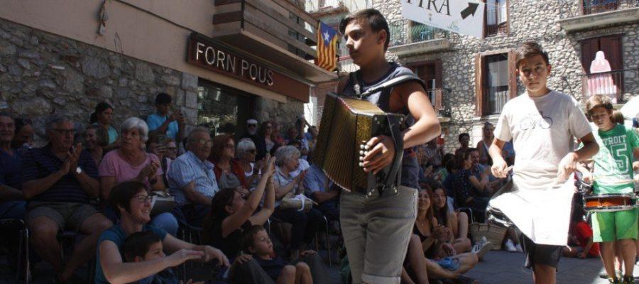 Imatge d'arxiu d'un noi tocant l'acordió en una de les trobades que es programen al Pirineu cada estiu (Foto: ACN).
