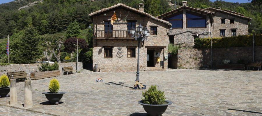 Vista aèria del municipi de Sant Jaume de Frontanyà (Foto: ACN).|Façana de l'Ajuntament de Sant Jaume de Frontanyà (Foto: ACN).