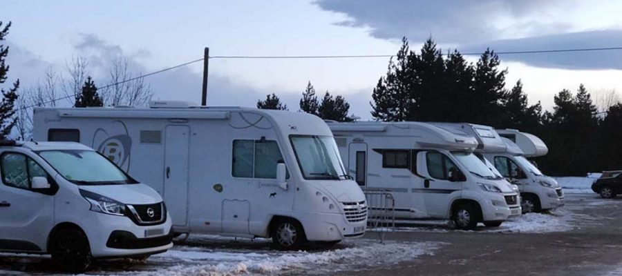 Autocaravana exposada en un concessionari (Foto: ACN).|Autocaravanes a l'aparcament de Masella l'hivern passat (Foto: IST).