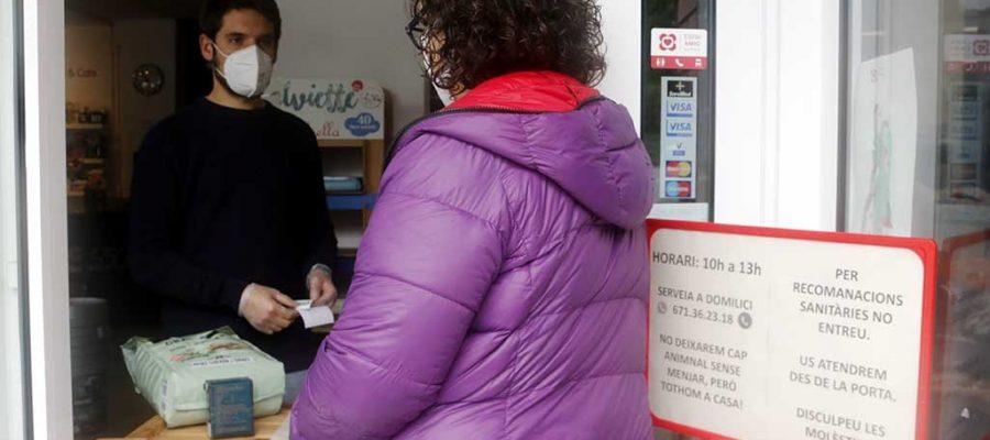 Anna Escudero mesurant les taules de la seva pizzeria. |Xarcuteria Trassera