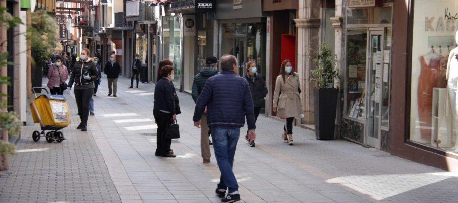Carrer Major de Puigcerdà on es veuen botigues obertes i gent passejant amb mascareta (Foto: ACN).