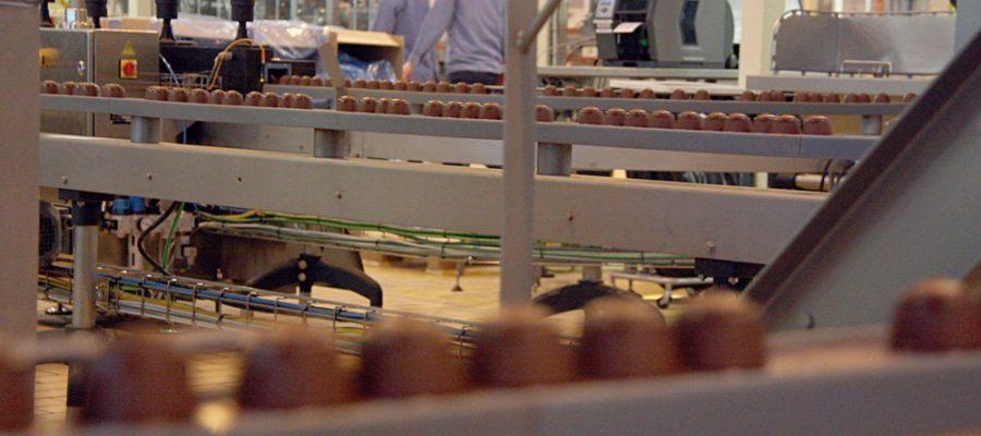 |Operaris en una fàbrica. Imatge d'arxiu (Foto: ACN).
