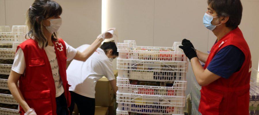 Voluntaris treballen a seu central de la Creu Roja a Barcelona
