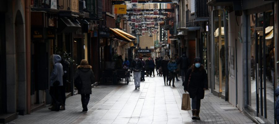 Pla obert on es veu gent passejant aquest divendres al carrer Major de Puigcerdà