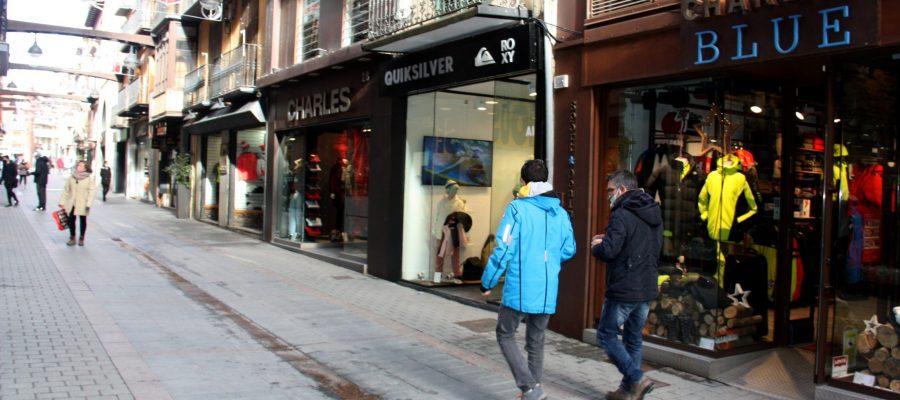Pla obert on es veuen diverses persones passejant pel carrer Major de Puigcerdà