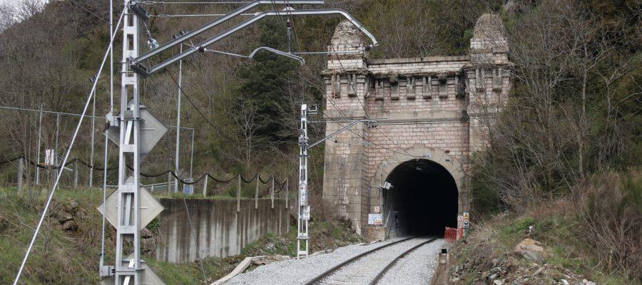 Pla obert de l'entrada del túnel de Toses (Ripollès) per on hi circulen els trens de l'R3 en direcció a Puigcerdà. Imatge del 30 d'abril de 2021 (Horitzontal).