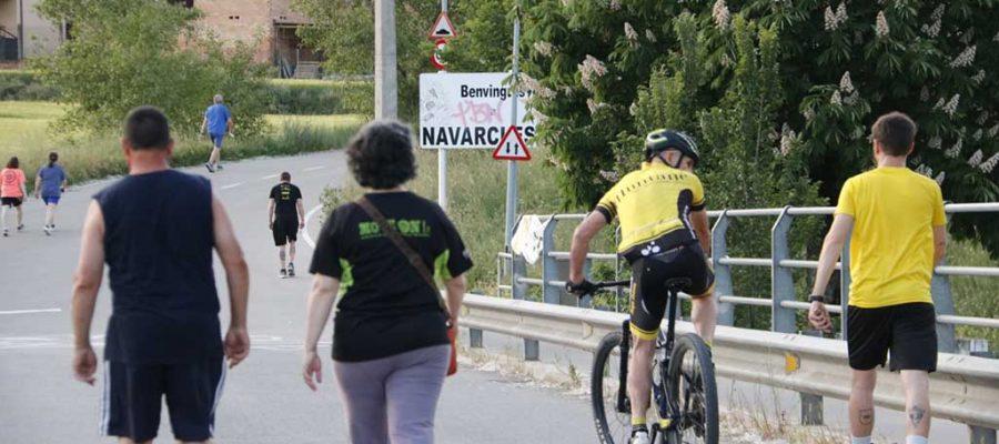 Veïns de Navarcles passejant i fent esport al camí de Sant Benet