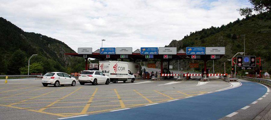 Vehicles fent cua al peatge del Túnel del Cadí