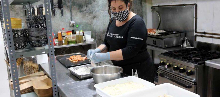 La propietària del restaurant La Forkilla de Puig-reig preparant les comandes del dia (Foto: ACN).|La propietària del restaurant La Forkilla