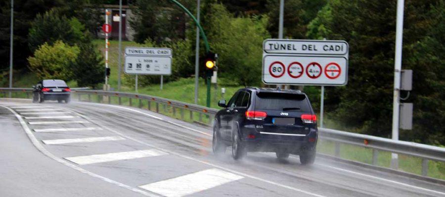 Fotografia aèria del túnel del Cadí i la muntanya de la Tosa (Foto: IST).|Accés al peatge del Túnel del Cadí|Vehicles accedint al Túnel del Cadí (Foto: ACN).