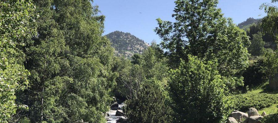 Excursionistes camí de Prat de Cadí en una imatge d'arxiu.|La muntanya de la Tosa nevada al fons en un dia de primavera.|Paisatge de finals de primavera a l'Alta cerdanya